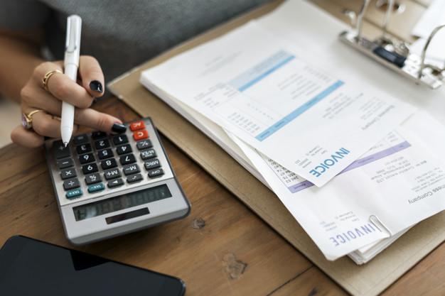 mujer-haciendo-contabilidad_53876-16